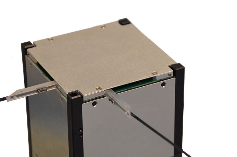 Monopole antenna system for cubesats
